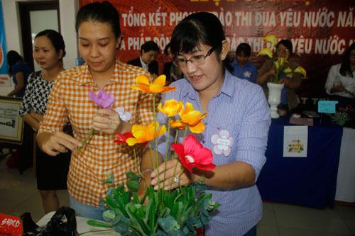 Các thí sinh tranh tài ở phần thi cắm hoa nghệ thuật
