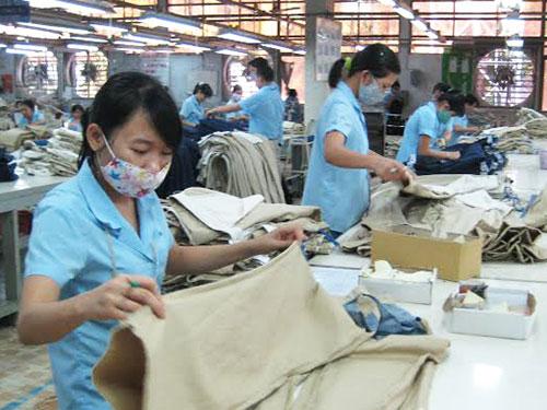 Công nhân Công ty CP May Sài Gòn 3 rất hoang mang, lo lắng trước tình hình bất ổn hiện nay của công ty. Ảnh: HÀ NGÂN