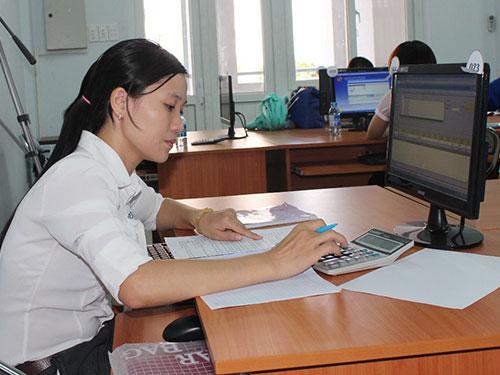 Thí sinh thi thực hành trên máy vi tính