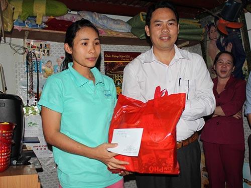 Ông Giang Văn Nam, Chủ tịch LĐLĐ quận Gò Vấp, trao quà cho nữ CN Nguyễn Thị Hoài