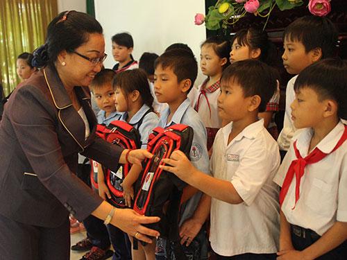 Bà Nguyễn Thị Thu Thảo, Phó Ban Nữ công LĐLĐ TP HCM, trao quà cho con CNVC-LĐ khó khăn tại huyện Cần Giờ
