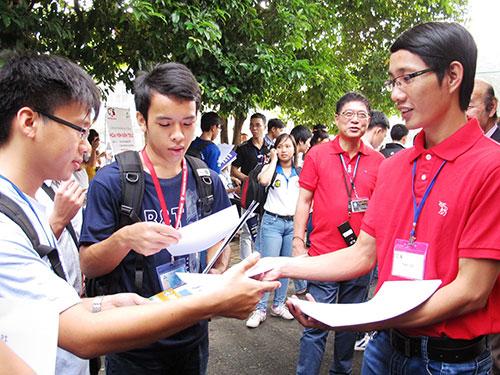 Sinh viên tìm việc tại Ngày hội Việc làm  do Trường ĐH Bách khoa TP HCM tổ chức
