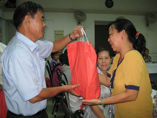 Ông Nguyễn Thành Hy, Phó Ban Chính sách Pháp luật LĐLĐ TP, tặng quà cho công nhân khó khăn ở quận 1