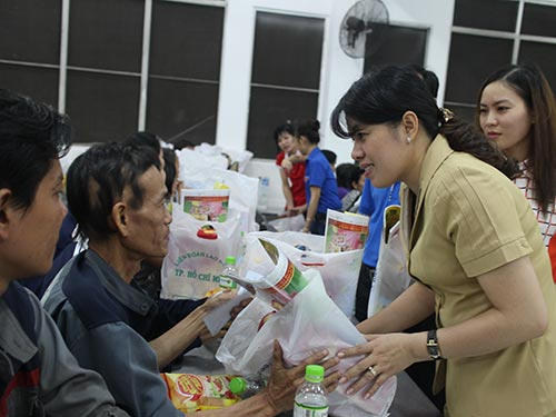 Bà Nguyễn Trần Phượng Trân, Phó Chủ tịch LĐLĐ TP HCM, trao quà Tết cho công nhân tại KCX Linh Trung