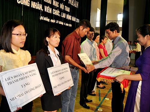 Ông Hoàng Hữu Nghị, Phó Chủ tịch LĐLĐ TP Đà Nẵng, trao tiền xây Mái ấm Công đoàn cho các đơn vị Ảnh: TRẦN HÂN