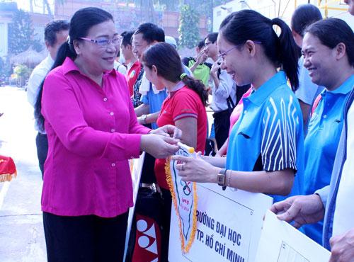 Bà Nguyễn Thị Bích Thủy, Phó Chủ tịch LĐLĐ TP, trao cờ kỷ niệm cho các đội