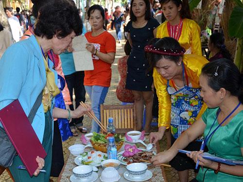 Giám khảo chấm điểm món ăn của các thí sinh dự hội thi nấu ăn do Công đoàn Giáo dục TP HCM tổ chức Ảnh: NGUYỄN LUÂN