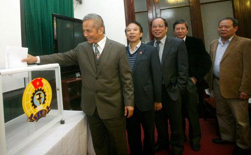 Chủ tịch Tổng LĐLĐ Việt Nam Đặng Ngọc Tùng (bìa trái) bỏ phiếu tín nhiệm tại hội nghị Đoàn Chủ tịch Tổng LĐLĐ Việt Nam sáng 11-12