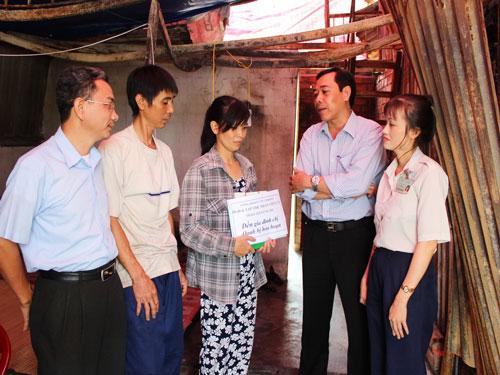 Đại diện Ban Giám đốc và Công đoàn Công ty TNHH D.I đến thăm hỏi, trao tiền hỗ trợ gia đình chị Vũ Thị Oanh