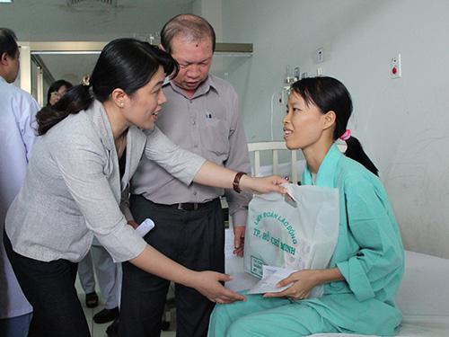 Lãnh đạo LĐLĐ TP trao quà cho chị Vũ Thị Nga
