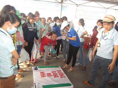 Công nhân tham gia các trò chơi tuyên truyền về sức khỏe sinh sản