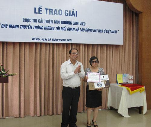 Ông Nguyễn Văn Ngàng, Phó Chủ tịch  Tổng LĐLĐ Việt Nam, trao giải nhất cho tác giả Bùi Hoài Dung