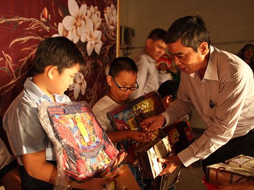 Ông Nguyễn Văn Khải, Phó Chủ tịch Thường trực LĐLĐ TP HCM, tặng bánh trung thu cho con công nhânẢnh: HỒNG ĐÀO