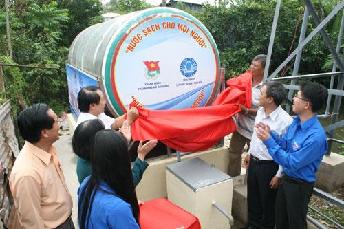 Đại diện Thành đoàn TP HCM và SAWACO tại lễ lắp đặt 2 bồn chứa nước ở xã Phong Phú, huyện Bình Chánh, TP HCM