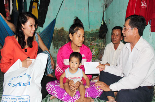 Ông Nguyễn Văn Rảnh - Ủy viên Thường vụ, Trưởng Ban Dân vận Thành ủy TP HCM (bìa phải) - và đại diện lãnh đạo LĐLĐ TP HCM thăm hỏi công nhân