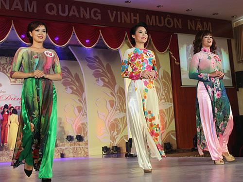 Các thí sinh tham gia hội thi Duyên dáng Vinataba