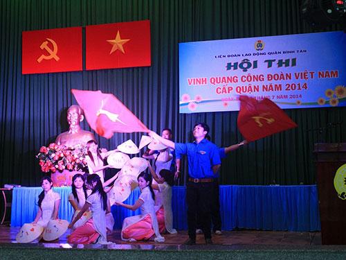 """Các thí sinh đang trải qua phần thi """"nhìn hình ảnh đoán sự kiện"""" tại hội thi do LĐLĐ quận Bình Tân, TP HCM tổ chức Ảnh: LÊ THÚY"""
