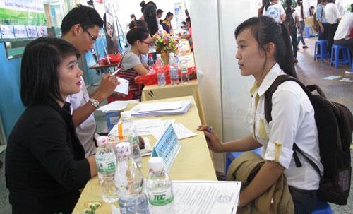 Sinh viên phỏng vấn tìm việc tại Ngày hội Nghề nghiệp và Việc làm năm 2014