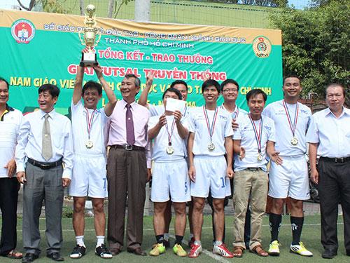Đội bóng đá Trường THCS-THPT Hồng Đức hân hoan với chức vô địch