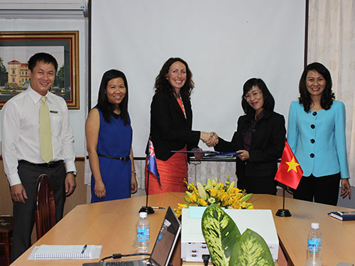 Bà Nguyễn Thị Thu, Chủ tịch LĐLĐ TP HCM (bìa phải), chứng kiến lễ ký kết thỏa thuận tài trợ