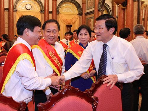 Chủ tịch nước Trương Tấn Sang chúc mừng các cán bộ Công đoàn tiêu biểu