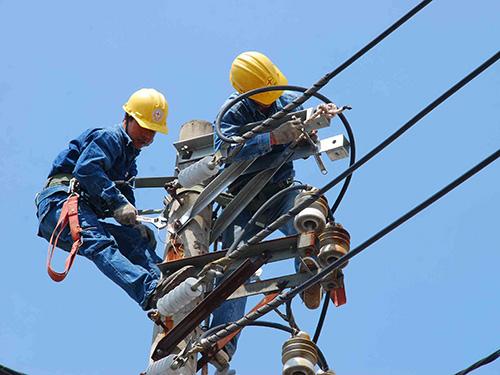 Thời gian làm việc của công nhân phụ trách đường dây cao thế được rút ngắn ít nhất 2 giờ/ngày