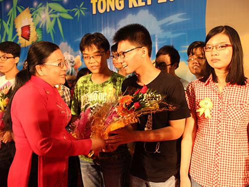 Bà Nguyễn Thị Bích Thủy, Phó Chủ tịch LĐLĐ TP HCM, trao quà cho con CNVC-LĐ đậu đại học