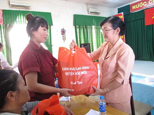 Bà Bùi Thị Tuyết Nhung, Chủ tịch LĐLĐ huyện Hóc Môn (TP HCM), tặng quà cho công nhân Công ty Kyung Sung Việt Nam