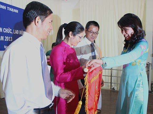 Bà Nguyễn Thị Thu, Chủ tịch LĐLĐ TP HCM, trao Cờ thi đua xuất sắc cho LĐLĐ quận Bình ThạnhẢnh: THANH NGA