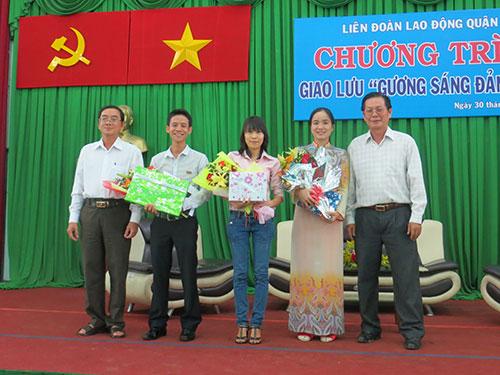 Lãnh đạo Quận ủy và LĐLĐ quận 12, TP HCM tặng hoa cho các gương điển hình