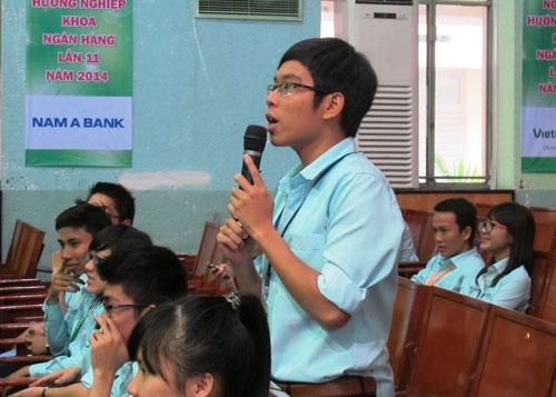 Sinh viên Khoa Ngân hàng Trường ĐH Kinh tế TP HCM giao lưu với doanh nghiệp tại ngày hội