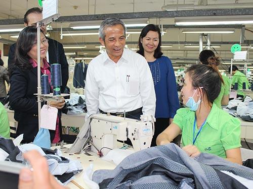 Chủ tịch Tổng LĐLĐ Việt Nam Đặng Ngọc Tùng thăm hỏi công nhân
