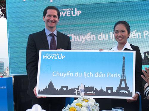 """Ông Jonah Levey, Chủ tịch Hội đồng Quản trị VietnamWorks, trao giải """"VietnamWorks Move Up"""" cho thí sinh"""
