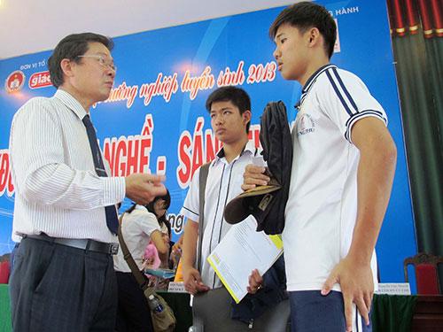 Học sinh tại huyện Củ Chi, TP HCM được tư vấn việc làm tại ngày hội Tư vấn tuyển sinh do Trường Trung cấp Bách khoa Sài Gòn tổ chức