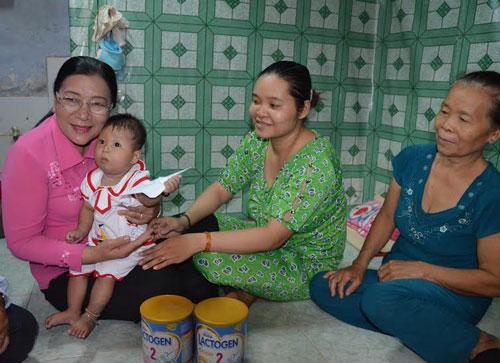 Bà Nguyễn Thị Bích Thủy, Phó Chủ tịch LĐLĐ TP HCM (bìa trái), thăm hỏi cháu An