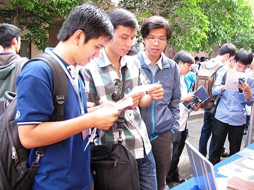 Lao động trẻ tìm việc tại các trung tâm giới thiệu việc làm