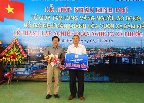 Ông Đỗ Danh Phương, Tổng Biên tập Báo Người Lao Động (bìa trái), trao 1 tỉ đồng hỗ trợ ngư dân Khánh Hòa thông qua LĐLĐ tỉnh