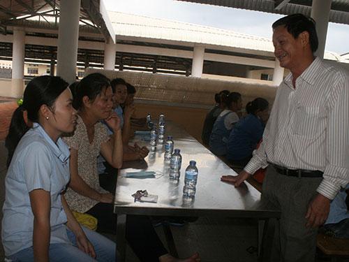 Ông Trần Công Khanh, Chủ tịch Công đoàn các KCX-KCN TP HCM, thăm hỏi công nhân Công ty TNHH Hansae Việt Nam