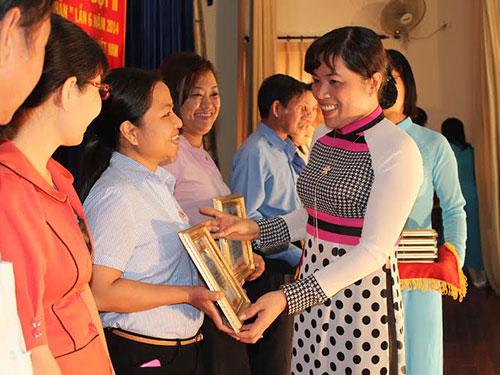 Bà Nguyễn Trần Phượng Trân, Phó Chủ tịch LĐLĐ TP, trao giấy khen cho tập thể xuất sắc