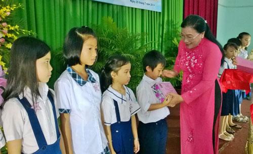Bà Nguyễn Thị Bích Thủy, Phó Chủ tịch LĐLĐ TP HCM, trao học bổng cho con CNVC-LĐ vượt khó, học giỏi