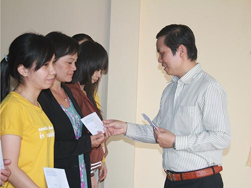 Ông Nguyễn Thanh Bình, Chủ tịch LĐLĐ quận Thủ Đức, trao quà cho công nhân bị giảm việc
