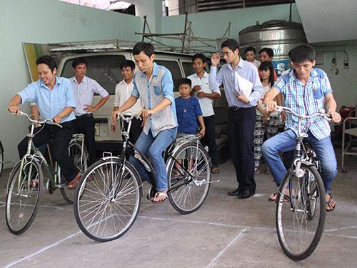Công nhân thi xe đạp chậm tại ngày hội do Công đoàn Tổng Công ty Nông nghiệp  Sài Gòn tổ chức Ảnh: HỒNG ĐÀO