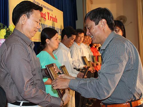 Ông Dương Văn Xướng, Phó Ban Dân vận Quận ủy Gò Vấp, TP HCM, trao biểu trưng cho các chủ doanh nghiệp tiêu biểu