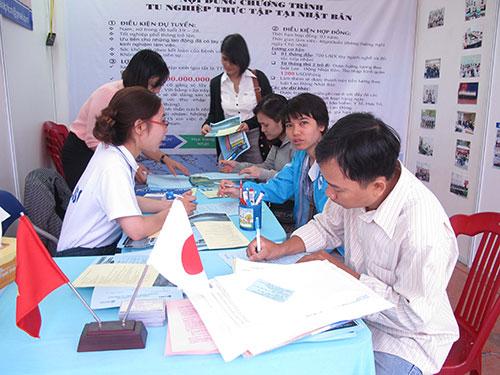 Sinh viên tìm việc làm tại sàn giao dịch  sáng 26-2