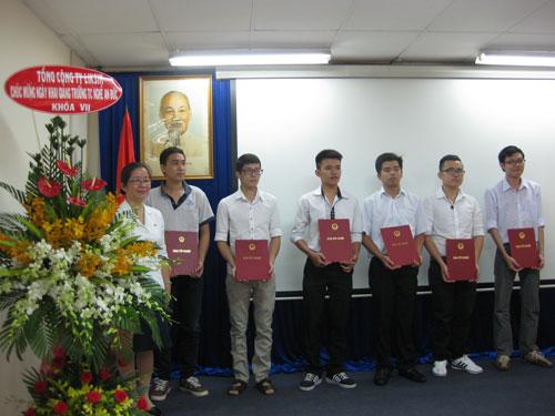 Học viên Trường An Đức nhận bằng tốt nghiệp vào sáng 15-10