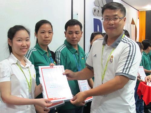 Ông Kevin, đại diện Công ty TNHH Dinsen Việt Nam,  trao chứng chỉ cho công nhân