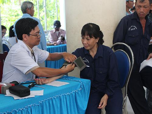 Công nhân được khám bệnh miễn phí vào sáng 11-5 Ảnh: THANH NGA