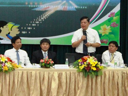 Đại diện lãnh đạo Tổng Công ty Cảng Hàng không Việt Nam trả lời người lao động