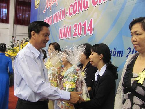 Ông Vũ Hữu Minh, Phó Bí thư Đảng ủy Khối Dân Chính Đảng TP HCM, tặng quà cho công chức, viên chức, lao động khó khăn