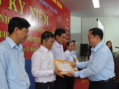 """Ông Đỗ Văn Thành, Chủ tịch CĐ Tổng Công ty Công nghiệp Sài Gòn, khen thưởng các điển hình """"Người tốt, việc tốt"""""""